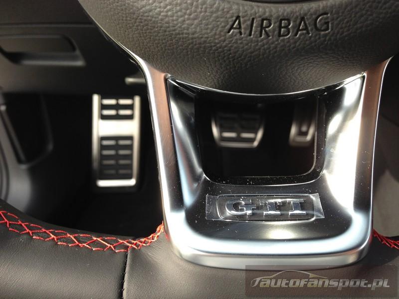 Volkswagen Golf GTI  A7 2.0TSI 230KM autofanspot.pl Performance emblemat na  kierownicy